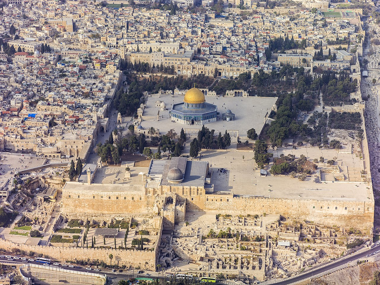 (foto by: Andrew Shiva; license CC-BY-SA 4.0) 1280px Israel 20132 Aerial Jerusalem Temple Mount Temple Mount south exposure
